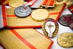 UDSSR-Offizier in der Armeeabzeichen und -medaillen Stockfotografie