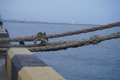 Udziały linowe kępki prowadzi cumujący statki Łódkowate arkany, statek Cumownicza poczta na nabrzeżu, element dla cumować statki obraz royalty free