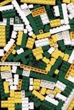 Udział biały, kolor żółty i zieleń Lego cegieł gry tło, Zdjęcia Stock