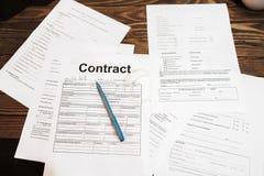 Udział biznesowi dokumenty na stole, mieszkanie nieatutowy obraz stock