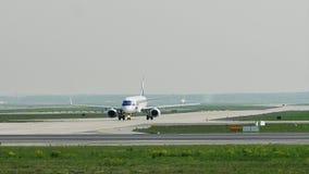 UDZIAŁ linii lotniczych płaski robi taxi w Frankfurt lotnisku, FRA