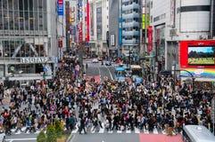 Udział ludzie krzyżuje crosswalk przy Shinjuku Fotografia Stock