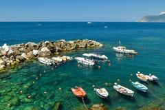 Udział małe łódki w Riomaggiore schronieniu w Cinque Terre zdjęcia royalty free