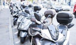 Udział motorowe hulajnoga parkować z rzędu Zdjęcia Stock