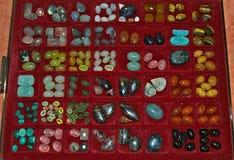 Udział różnorodni różni kryształy wystawiający w gablocie wystawowej Obrazy Stock