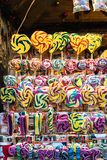 Udział różnorodny stubarwny karmel przy Bożenarodzeniowym jarmarkiem zdjęcia stock