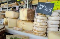 Udział ser przy lokalnym chees sklepem zdjęcie royalty free