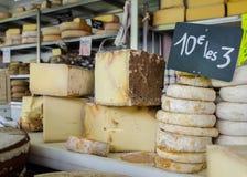 Udział ser przy lokalnym serowym sklepem zdjęcia royalty free