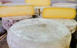 Udział ser sprzedawał przy miejscowego rynku serowym sklepem zdjęcia royalty free
