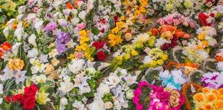 Udział Sztucznego kwiatu wiadra na ziemi obrazy stock