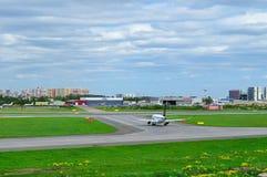 UDZIAŁU (Star Alliance liberia) połysk linii lotniczych Embraer ERJ-170 samolot w Pulkovo lotnisku międzynarodowym w Petersburg,  Obraz Stock