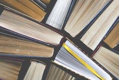 Udziały colourful gęsty otwarty książka stojak na ciemnym tle Przygotowywający Czytać fotografia royalty free