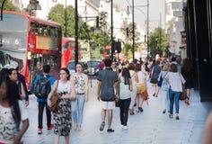 Udziały ludzie chodzi w Oksfordzkiej ulicie główny miejsce przeznaczenia londyńczycy dla robić zakupy nowoczesnego życia pojęcie  Zdjęcia Royalty Free