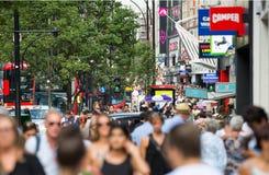 Udziały ludzie chodzi w Oksfordzkiej ulicie główny miejsce przeznaczenia londyńczycy dla robić zakupy nowoczesnego życia pojęcie  Fotografia Stock