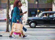 Udziały ludzie chodzi w Oksfordzkiej ulicie główny miejsce przeznaczenia londyńczycy dla robić zakupy nowoczesnego życia pojęcie  Obrazy Stock