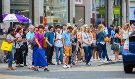 Udziały ludzie chodzi w Oksfordzkiej ulicie główny miejsce przeznaczenia londyńczycy dla robić zakupy nowoczesnego życia pojęcie  Zdjęcia Stock
