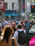 Udziały ludzie chodzi w Oksfordzkiej ulicie główny miejsce przeznaczenia londyńczycy dla robić zakupy nowoczesnego życia pojęcie  Obrazy Royalty Free