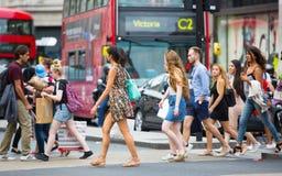 Udziały ludzie chodzi w Oksfordzkiej ulicie główny miejsce przeznaczenia londyńczycy dla robić zakupy nowoczesnego życia pojęcie  Fotografia Royalty Free