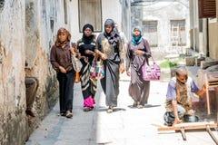 Udziały ludzie iść Zanzibar dla kitesurfing Tanzania obrazy royalty free