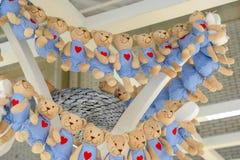Udziały pluszowe zabawki Miękka część niedźwiedzia postacie W pasiastym odziewa zdjęcia royalty free