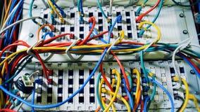 Udziały stubarwni sznury, druty, kable przy centrum danych Chaos, bałagan z drutami zdjęcie wideo