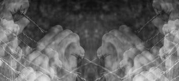 Udziały torturować ręki chwyci desperacko drut kolczastego Obraz Stock