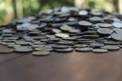 Udziały ukuwają nazwę na drewnianym biurku z zamazaną tło teksturą, pojęciem, inwestycji i oszczędzania zdjęcie royalty free