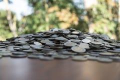 Udziały ukuwają nazwę na drewnianym biurku z zamazaną tło teksturą, pojęciem, inwestycji i oszczędzania obrazy royalty free