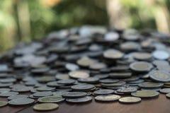 Udziały ukuwają nazwę na drewnianym biurku z zamazaną tło teksturą, pojęciem, inwestycji i oszczędzania obrazy stock