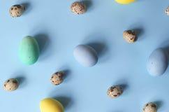 Udzia?y kolorowi i r??ni sklejeni Wielkanocni jajka obrazy royalty free