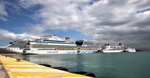 Udziały statki wycieczkowi alongside w Corfu Obrazy Royalty Free