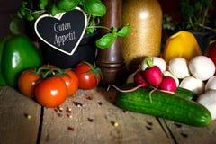 Udziały zdrowi warzywa na drewnianym stole, serce z tekstem zdjęcie royalty free