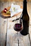 Udzielenie półmiska mięsnego baleronu oliwek serowy wino Zdjęcia Stock