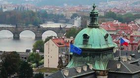 UE d'Union européenne et drapeaux tchèques, Prague jette un pont sur la vue de touristes banque de vidéos