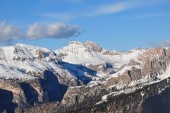 A UE de Itália Europa da neve do inverno do céu azul do sol dos cumes de Dolomities viaja Foto de Stock