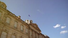 UE de la bandera de la llamarada cinemática de la luz del sol que agita sobre el edificio almacen de video