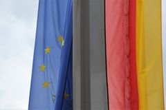 A UE embandeira ao lado da bandeira alemão Imagens de Stock Royalty Free