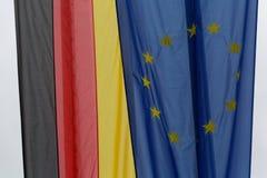 A UE embandeira ao lado da bandeira alemão Fotos de Stock