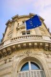 A UE embandeira no edifício Imagem de Stock Royalty Free