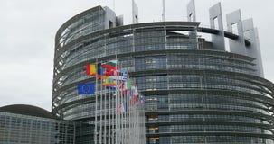 UE und französische Flagge fliegt Halbmast am Europäischen Parlament stock footage