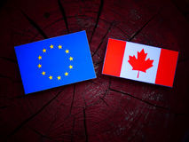 UE zaznacza z kanadyjczyk flaga na drzewnym fiszorku odizolowywającym obrazy stock