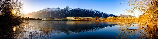 Uebeschisee和Stockhorn早晨太阳的瑞士,欧洲 库存图片