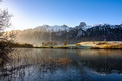 Uebeschisee和Stockhorn早晨太阳的瑞士,欧洲 免版税库存图片