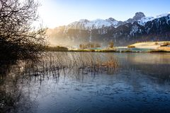 Uebeschisee en Stockhorn in de ochtendzon - Zwitserland, Europa stock foto's