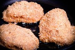 UEBL κορδονιών κοτόπουλου που τηγανίζεται στο πετρέλαιο σε ένα τηγανίζοντας τηγάνι Εκλεκτικό focu Στοκ Φωτογραφίες