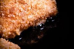 UEBL κορδονιών κοτόπουλου που τηγανίζεται στο πετρέλαιο σε ένα τηγανίζοντας τηγάνι Εκλεκτικό focu Στοκ φωτογραφίες με δικαίωμα ελεύθερης χρήσης