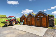 Uelbenzinestation in Ijslandse traditionele grashutten met houten voorgevels in Modrudalur-landbouwbedrijfregeling in Oostelijk E royalty-vrije stock fotografie