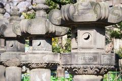 UENO, JAPÃO - 19 DE FEVEREIRO DE 2016: Coluna japonesa no santuário fotografia de stock royalty free