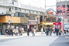 UENO JAPAN - FEBRUARI 19, 2016: Folket shoppar på Ameyako Royaltyfri Bild