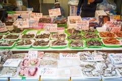 UENO JAPAN - Februari 19, 2016: Skaldjur shoppar i den Ameyoko marknaden Royaltyfri Foto